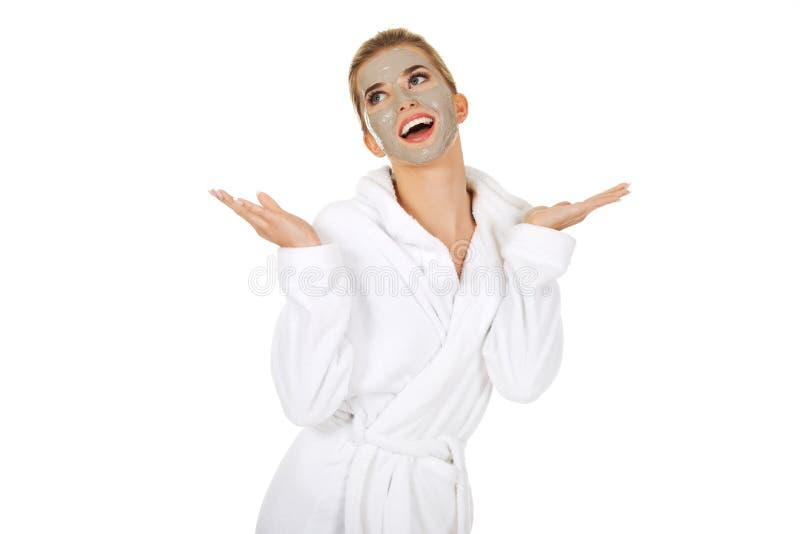 Junge glückliche Frau mit Gesichtsmaske stockfotos