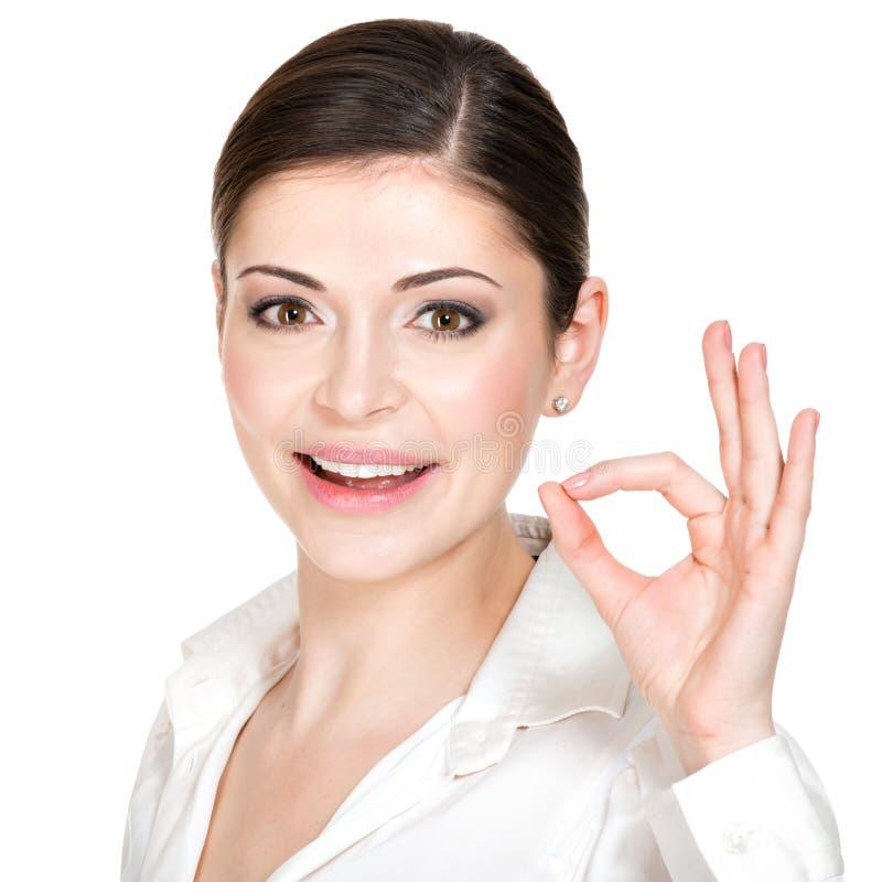 Junge glückliche Frau mit okayzeichen lizenzfreies stockbild