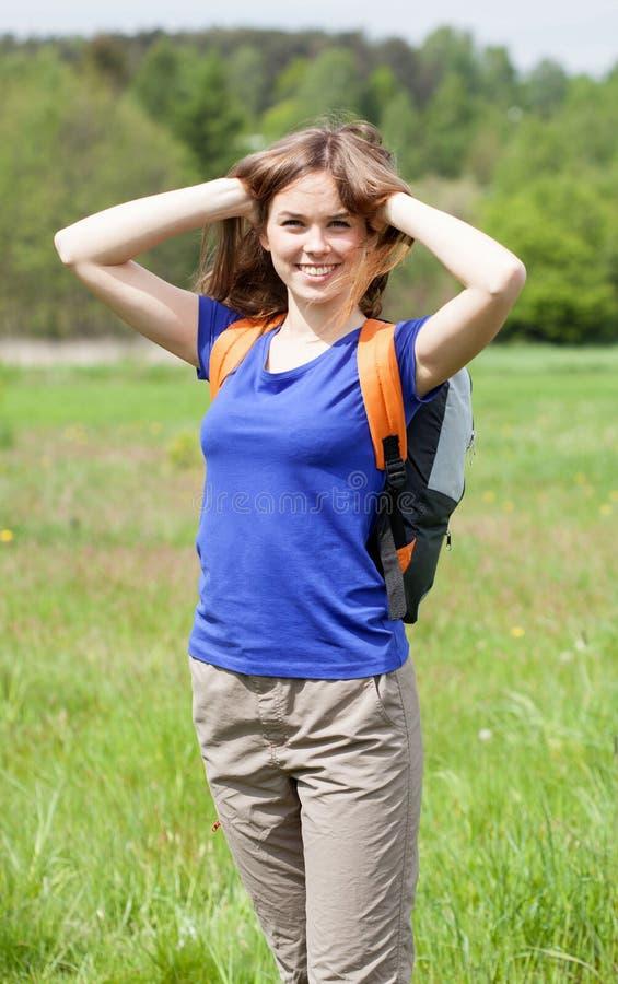 Junge glückliche Frau am Sommertag lizenzfreies stockbild