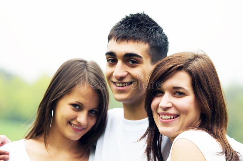Junge glückliche Freunde lizenzfreies stockfoto