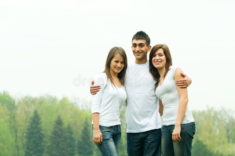Junge glückliche Freunde stockbilder