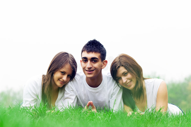 Junge glückliche Freunde lizenzfreie stockbilder