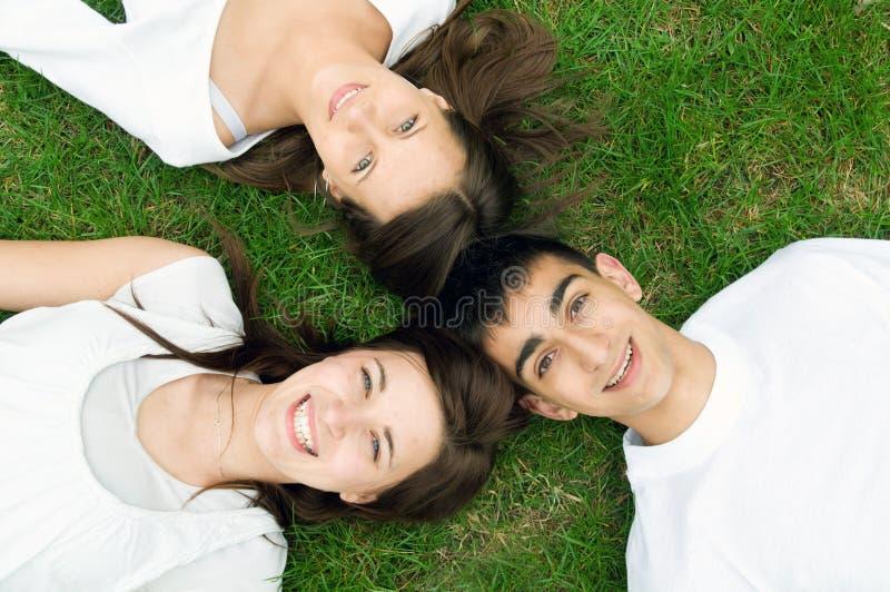 Junge glückliche Freunde stockfotografie