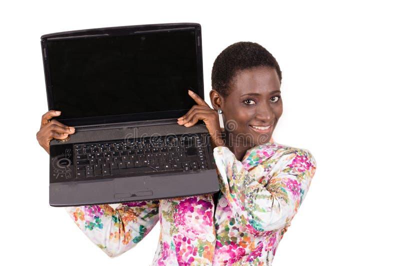 Junge glückliche Geschäftsfrau, die ihren Laptop zeigt lizenzfreie stockfotografie