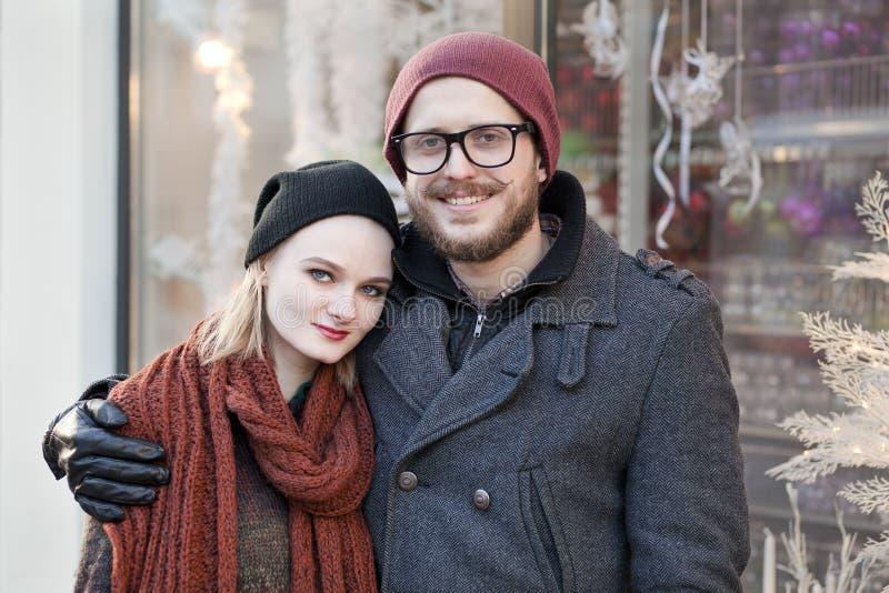 Junge glückliche Hippie-Paare stockfotografie
