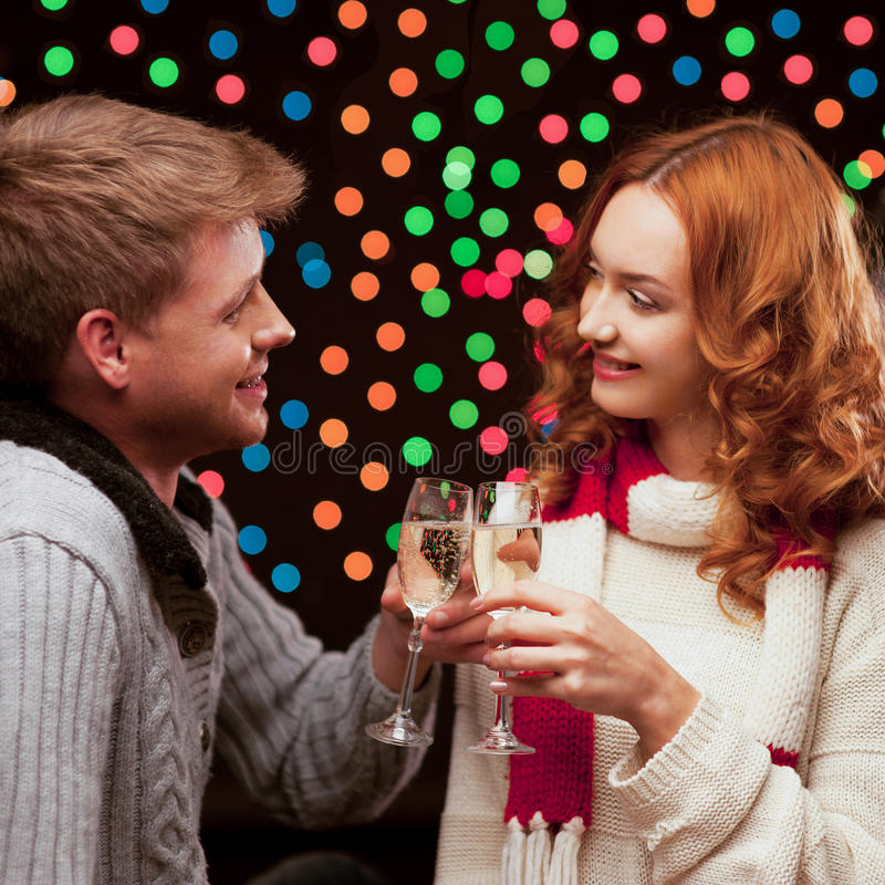 Junge glückliche lächelnde beiläufige Paare mit Weingläsern stockfotografie