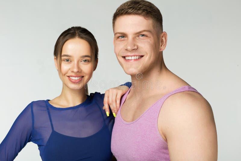 Junge glückliche lächelnde Paare, die Kamera betrachten lizenzfreies stockbild