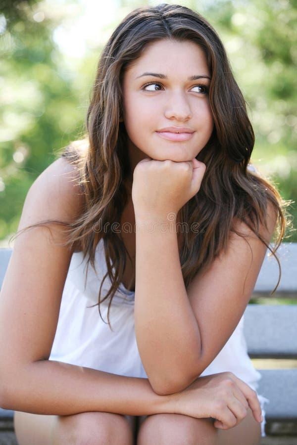 Junge glückliche Mädchenaufstellung im Freien. lizenzfreie stockbilder