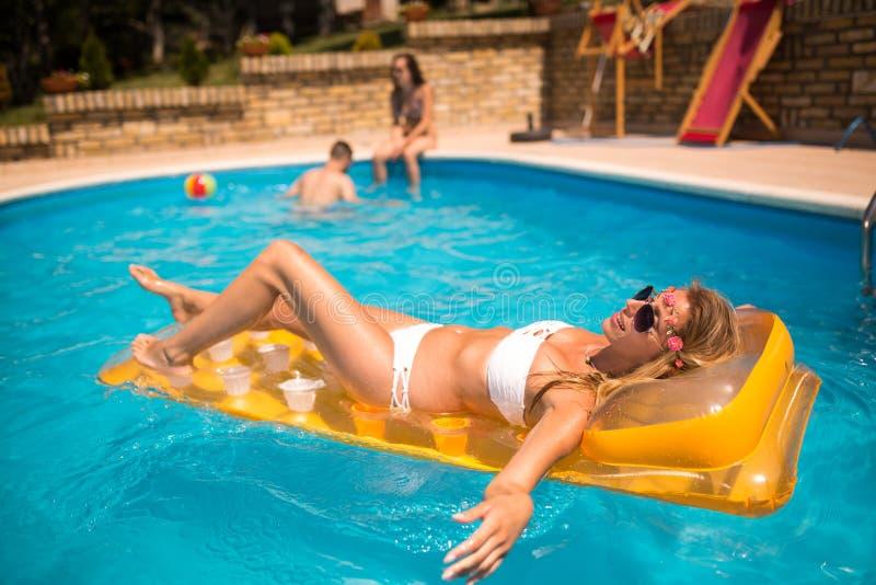 Junge glückliche Menschen, die Sommer genießen stockfoto
