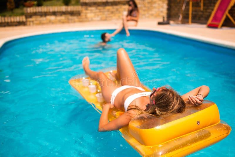 Junge glückliche Menschen, die Sommer genießen lizenzfreies stockfoto