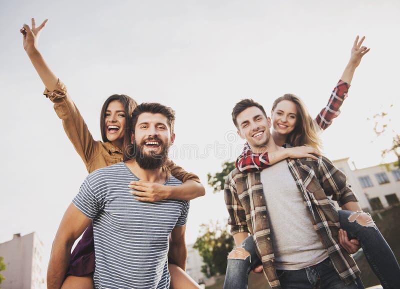 Junge glückliche Menschen haben Spaß draußen im Herbst lizenzfreies stockfoto