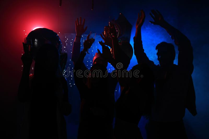Junge glückliche Menschen tanzen in Verein Nachtleben und Discokonzept stockbilder