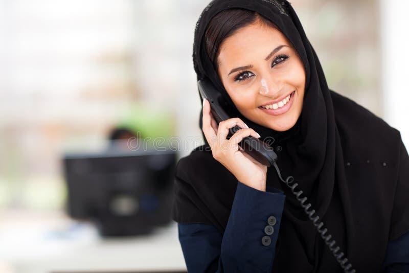 Moslemisches Geschäftsfrautelefon stockbilder