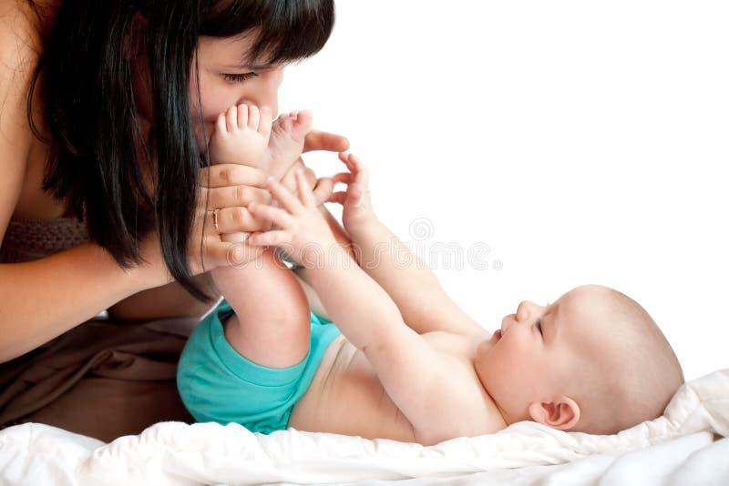 Junge glückliche Mutter mit Schätzchen lizenzfreie stockbilder