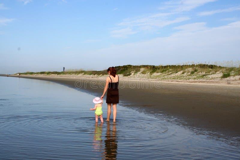 Junge glückliche Mutter mit Tochter stockfotos