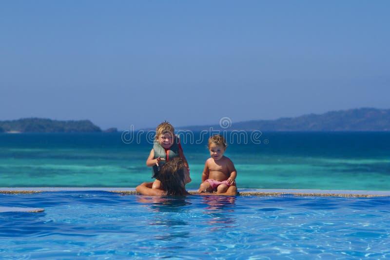Junge glückliche Mutter und Kinder, die Ferien genießen lizenzfreie stockfotografie