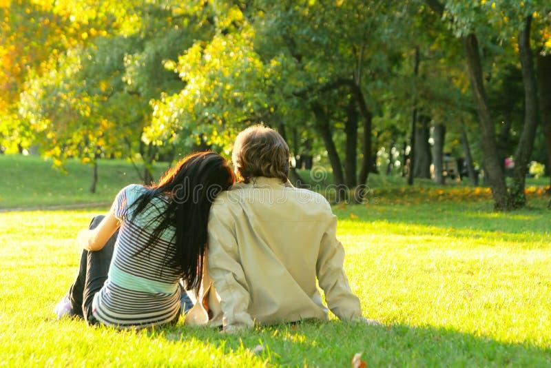 Junge glückliche Paare draußen lizenzfreie stockbilder