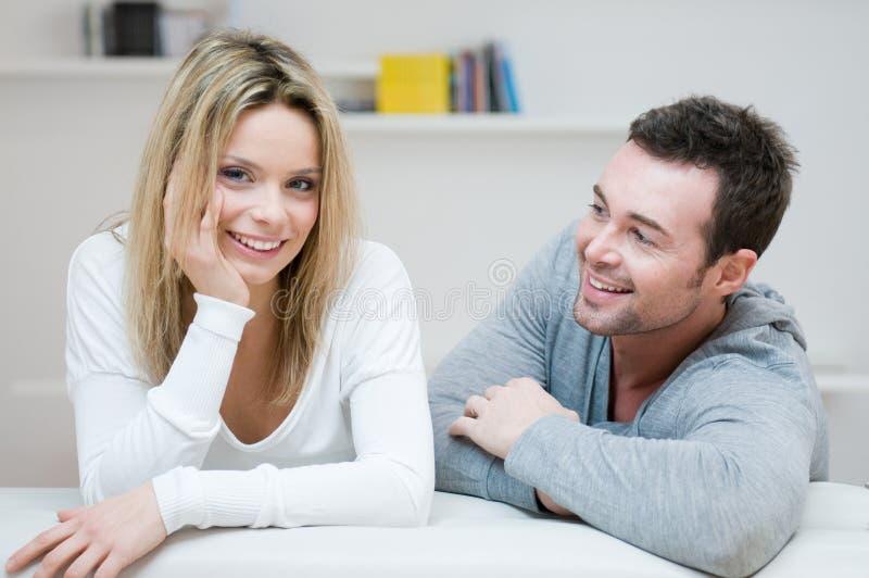 Junge glückliche Paare zu Hause lizenzfreie stockfotos
