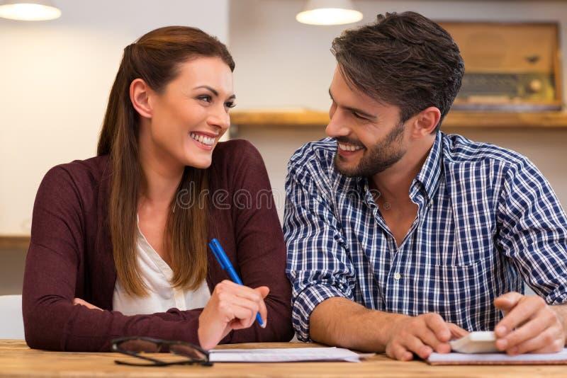 Junge glückliche Paare zu Hause lizenzfreies stockfoto