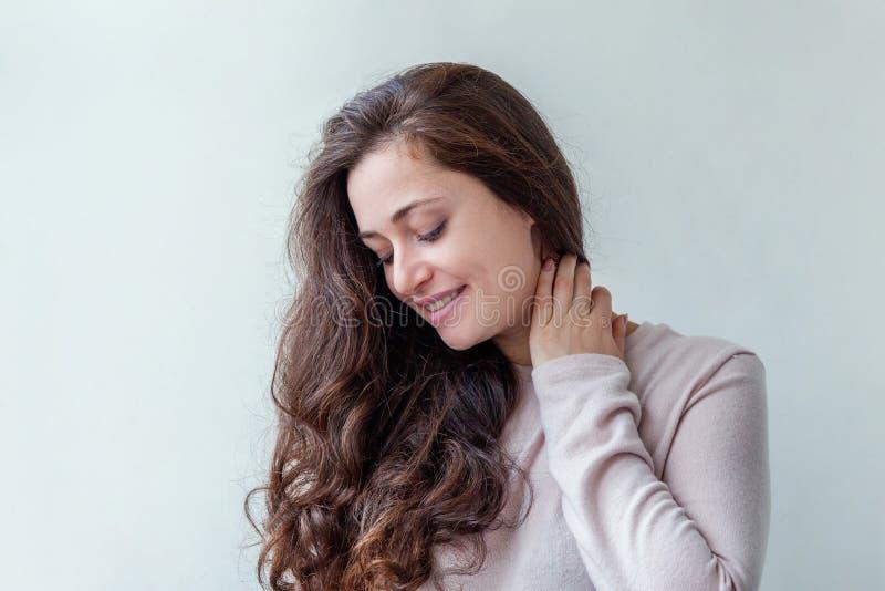 Junge glückliche positive brunette Frau des Schönheitsporträts auf weißem Hintergrund lizenzfreie stockbilder
