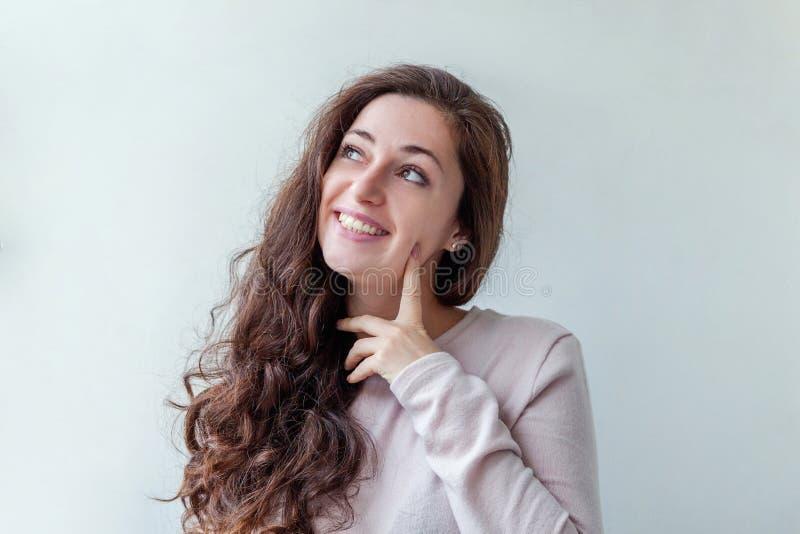 Junge glückliche positive brunette Frau des Schönheitsporträts auf weißem Hintergrund lizenzfreie stockfotos