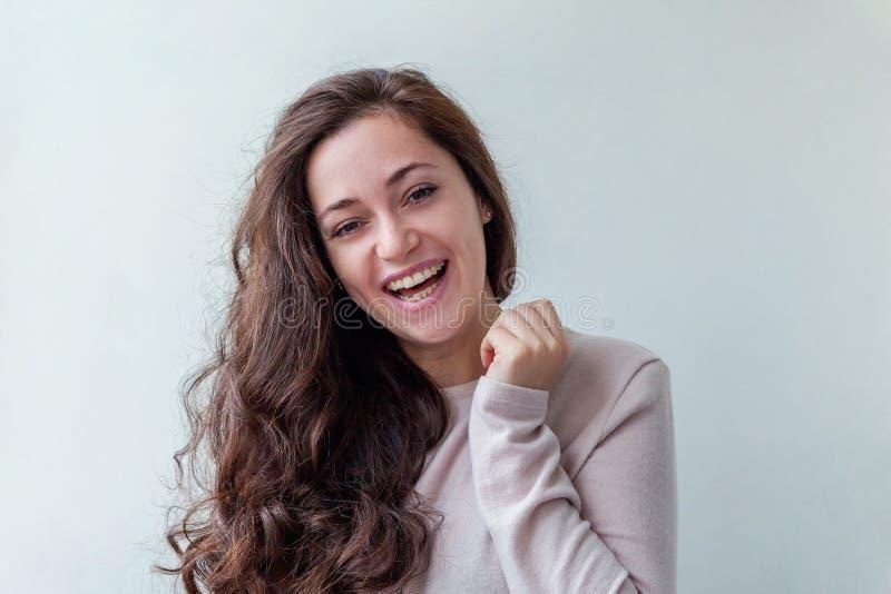 Junge glückliche positive brunette Frau des Schönheitsporträts auf weißem Hintergrund lizenzfreies stockfoto