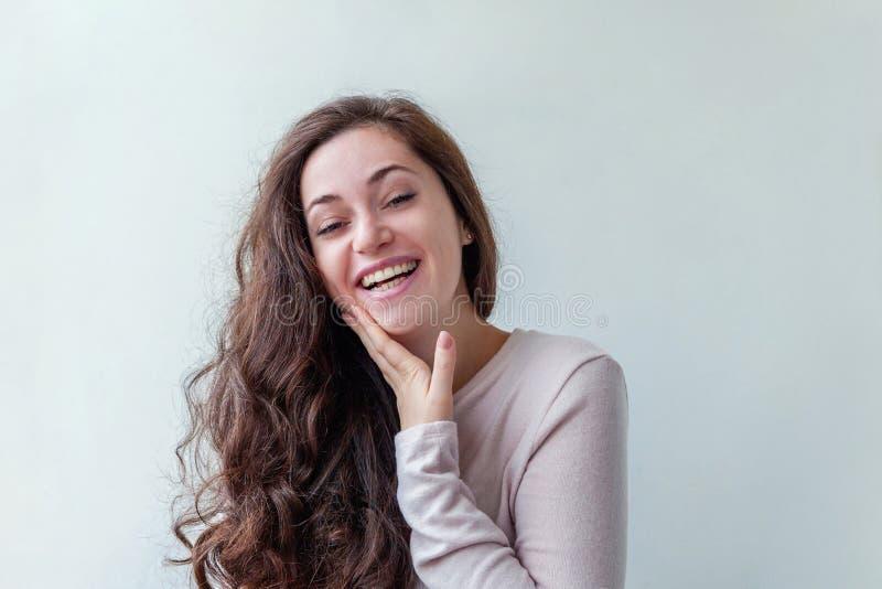 Junge glückliche positive brunette Frau des Schönheitsporträts auf weißem Hintergrund stockfotos