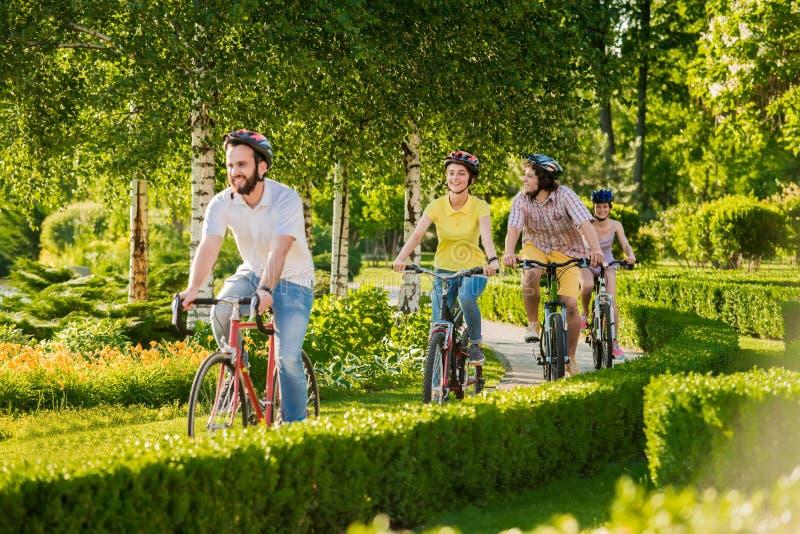 Junge glückliche Radfahrer, die draußen radfahren stockfotografie