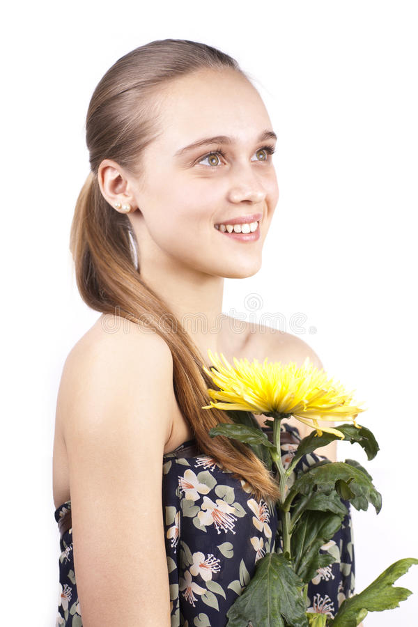 Junge glückliche schöne Frauen mit gelber Blume lizenzfreies stockbild