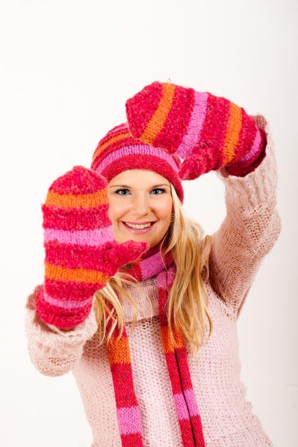 Junge glückliche Winterfrau in den rosafarbenen Handschuhen lizenzfreie stockbilder