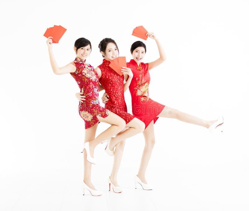 Junge Gruppe, die rote Taschen und glückliches chinesisches neues Jahr zeigt lizenzfreie stockbilder