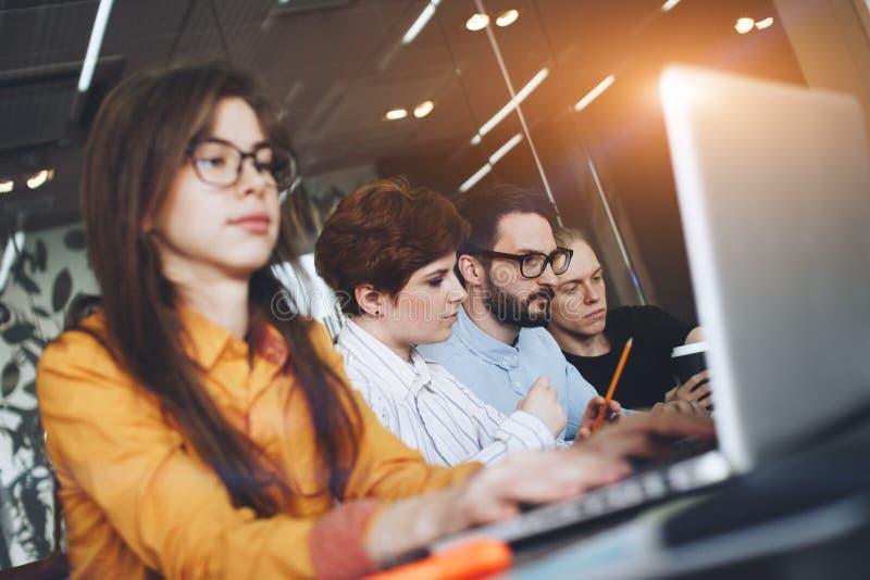 Junge Gruppe Mitarbeiter, die im modernen Coworking von zusammenarbeiten stockfotos
