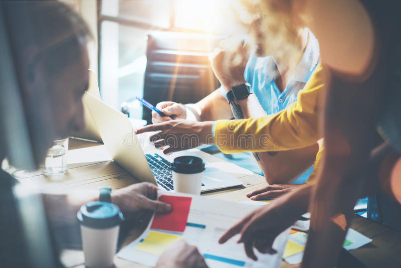 Junge Gruppen-Mitarbeiter, die große unternehmerische Entscheidungen treffen Marketing-Team Discussion Corporate Work Concept-Stu stockfotografie