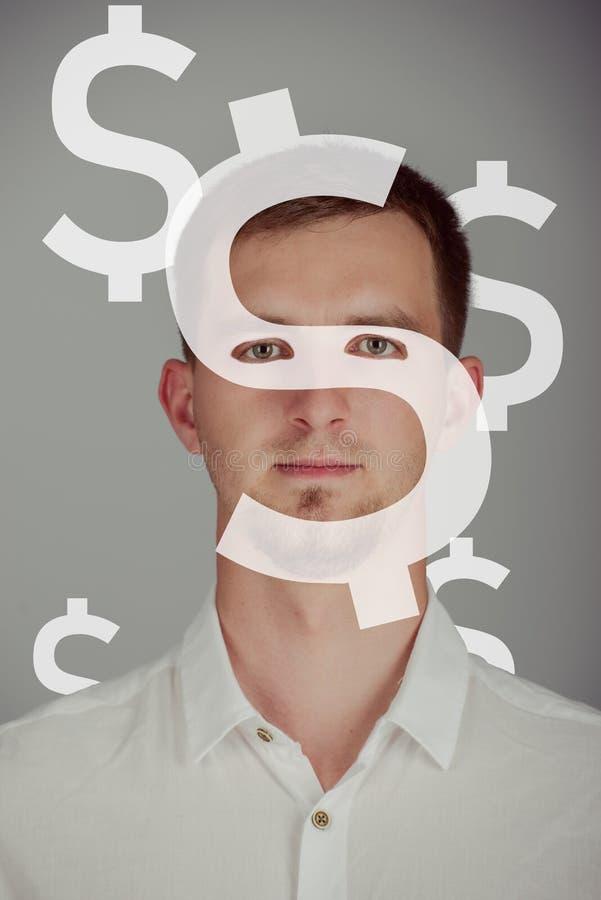 Junge gut aussehende Mann mit Dollarsymbolen um den Kopf Blick in den Dollar Währungskonzept lizenzfreies stockfoto