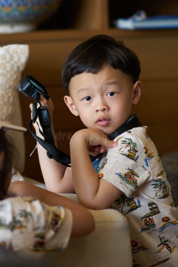 Junge hält Aktionskamera mit Bügel lizenzfreie stockfotografie