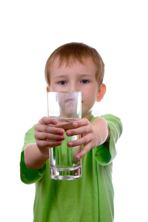 Junge hält ein Glas Wasser an lizenzfreie stockbilder