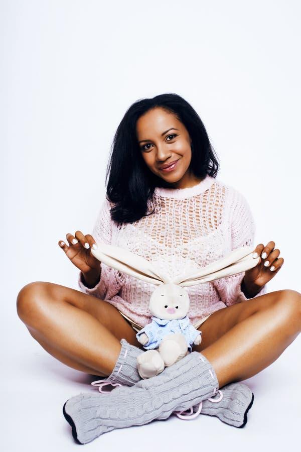 Junge, hübsche afrikanische Amerikanerin schwanger fröhliches Lächeln, posi lizenzfreies stockbild