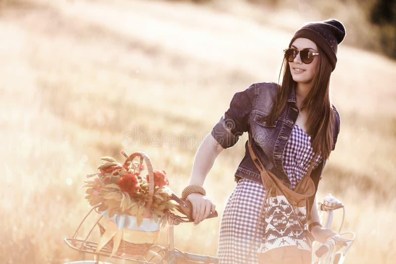 Junge hübsche Brunettefrauenaufstellung lizenzfreie stockfotos