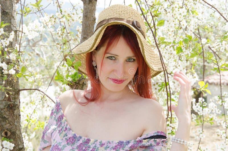 Junge hübsche Frau auf den Kirschblumen lizenzfreies stockfoto