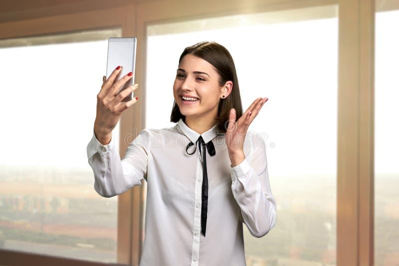 Junge hübsche Frau, die über Handy spricht lizenzfreies stockfoto