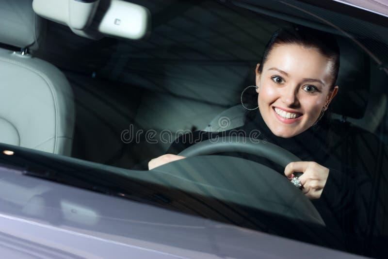 Junge hübsche Frau, die Auto antreibt stockbild