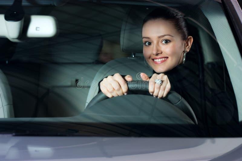 Junge hübsche Frau, die Auto antreibt stockfotos