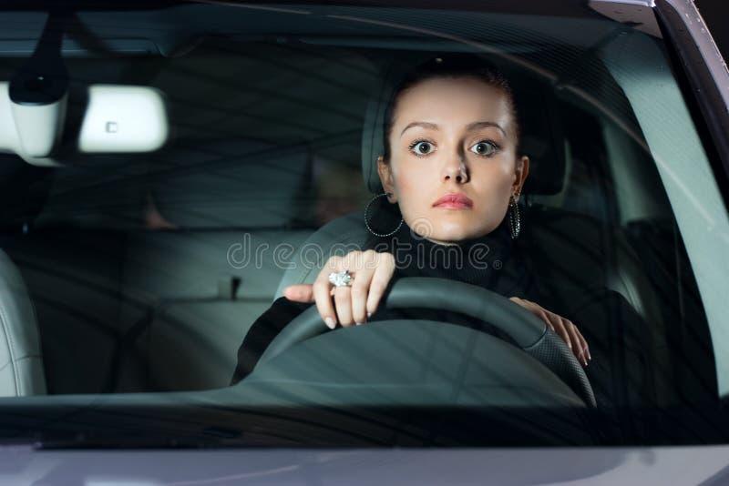 Junge hübsche Frau, die Auto antreibt lizenzfreie stockfotografie