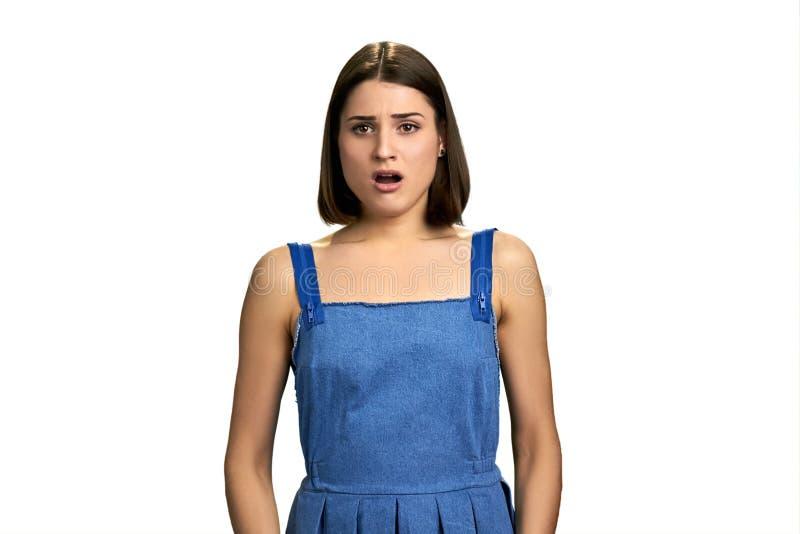 Junge hübsche Frau, die unglücklich und entsetzt schaut lizenzfreie stockfotografie