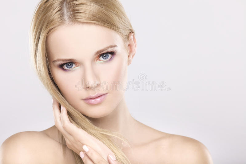 Junge hübsche Frau mit den schönen blonden Haaren stockfotos