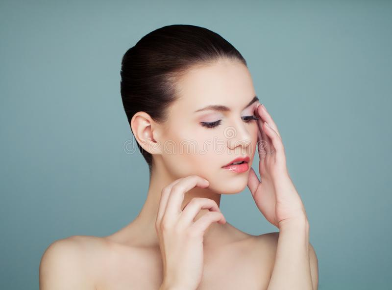 Junge hübsche Frau mit klarem Hautporträt lizenzfreie stockbilder