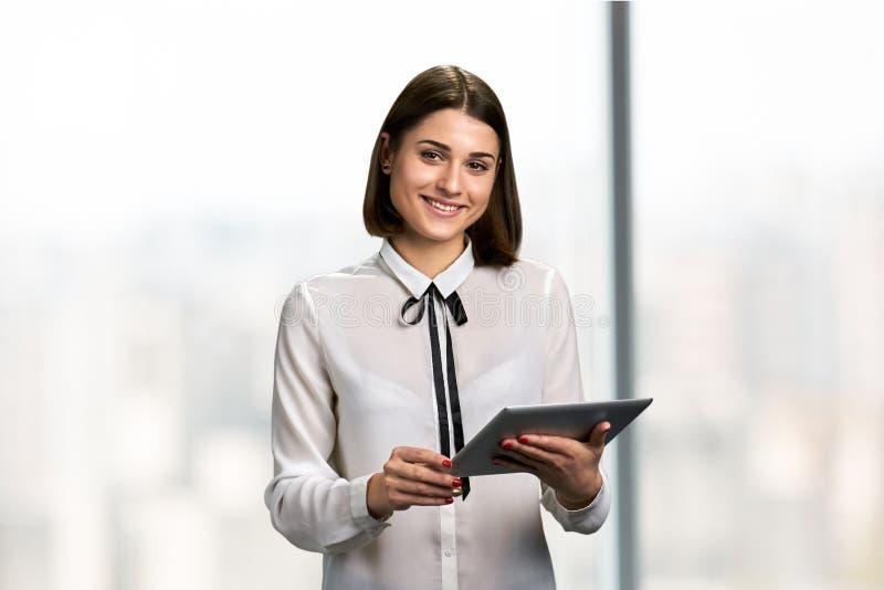 Junge hübsche Frau mit PC-Tablette lizenzfreies stockbild