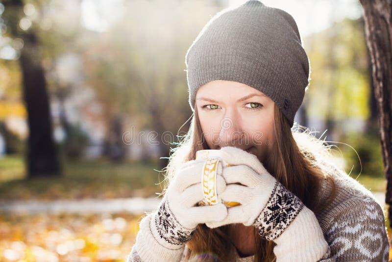 Junge hübsche Frau mit Tasse Tee lizenzfreie stockfotos