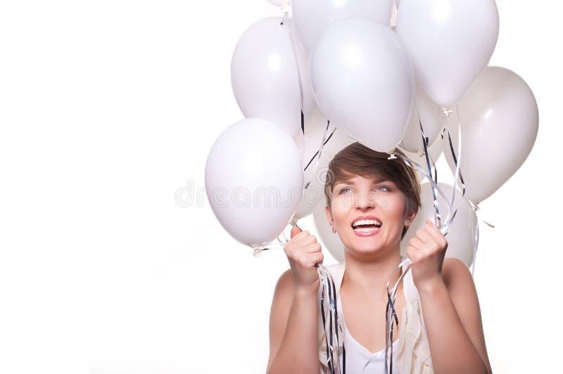 Junge hübsche Frau mit weißen baloons lizenzfreie stockfotografie