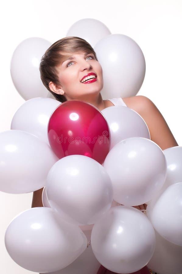 Junge hübsche Frau mit weißen baloons stockfoto
